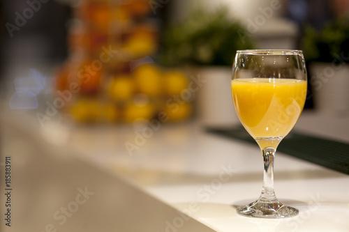 Foto op Plexiglas Sap Glass with orange juice on the bar in the restaurant