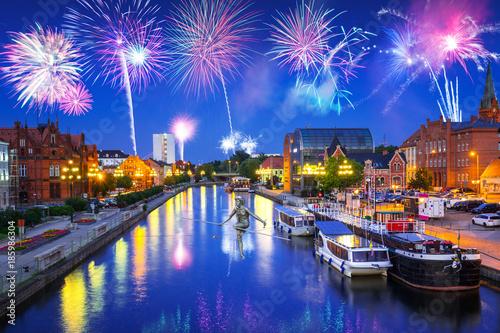 Zdjęcia na płótnie, fototapety na wymiar, obrazy na ścianę : New Years firework display in Bydgoszcz city over Brda river, Poland