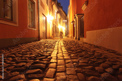 Aluminium Rood paars Narrow street illuminated of Old Town at night, Riga, Latvia