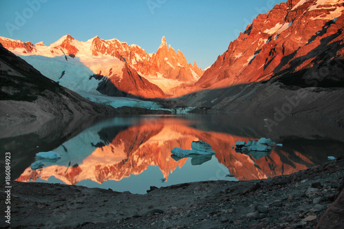 Papiers peints Gris traffic Cerro Torre, Los Glaciares National Park. Reflection of mountains in the lake at sunrise