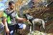 hombre joven con perro negro en el monte U84A3832-f17
