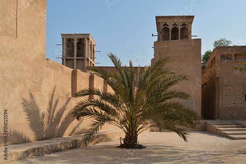 Poster Dubai Das alte Dubai: Windtürme und Palmen