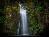 Plan serré sur la cascade de Pommiers en Anjou