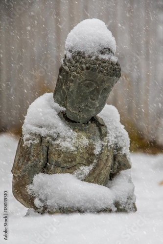Poster Boeddha Buddha Statue im Schnee, nah