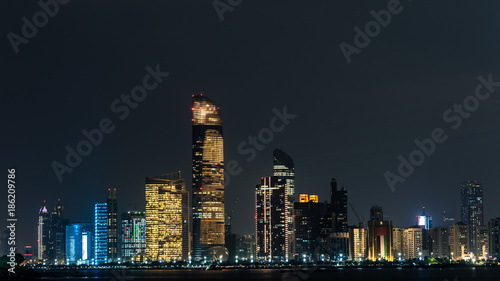 Foto op Canvas Abu Dhabi Skyline Abu Dhabi bei Nacht