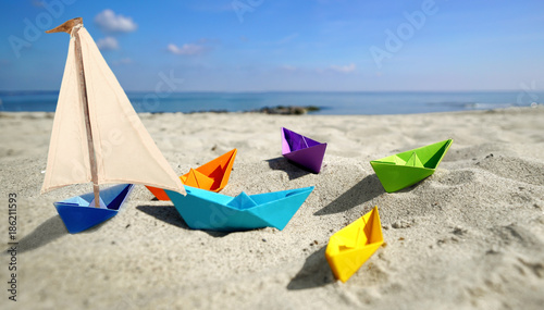 canvas print picture Papierboote mit Segel am Strand