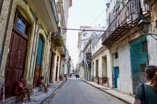 Aluminium Smalle straatjes Havana streets and people