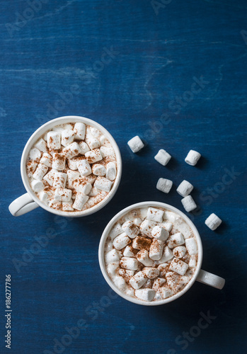 Foto op Plexiglas Chocolade Hot chocolate with marshmallows on a blue background, top view. Free space for text