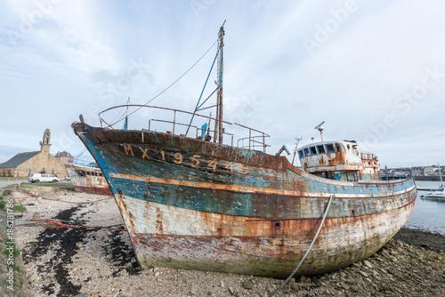 Foto op Plexiglas Schipbreuk épave de bateau chalutier