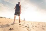 camminando lungo sentiero di sabbia