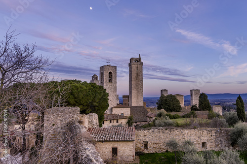 Foto Murales Sunset and moon in San Gimignano, Siena, Tuscany, Italy
