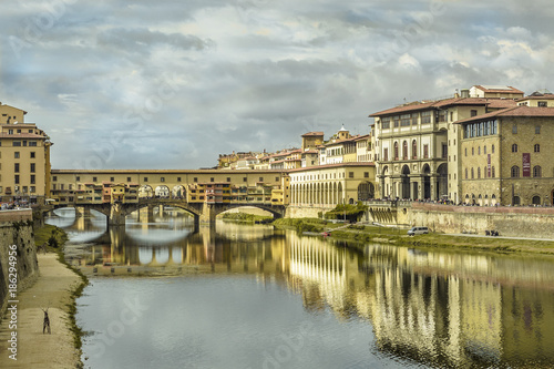 Deurstickers Florence florence pontevecchio bridge in a cloudy autumn morning with historical medieval palace reflecting on the river water