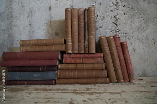 Aluminium Bamboe Libri molto vecchi antichi impilati vintage