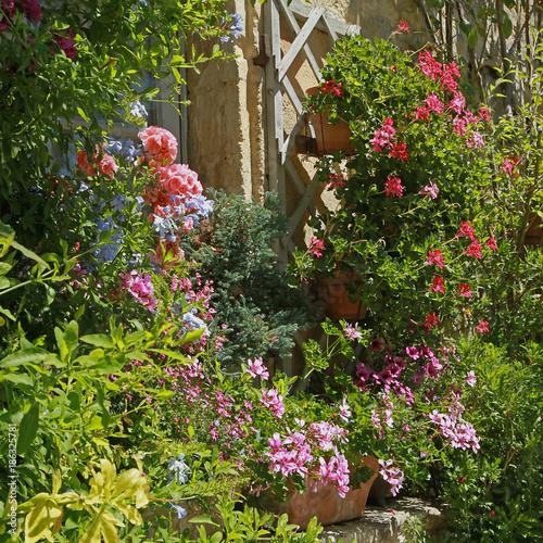 Foto Murales Façade de maison fleurie en été