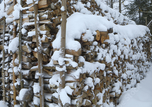 Poster Brandhout textuur snow-covered firewood store