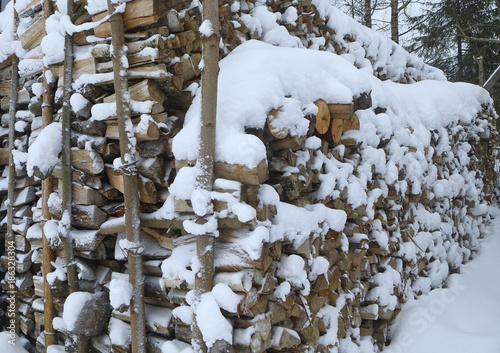 In de dag Brandhout textuur snow-covered firewood store