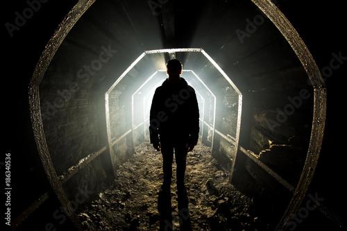 Mężczyźni pozostają w opuszczonym tunelu