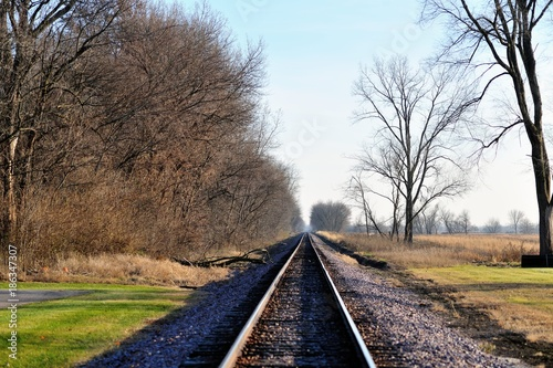 In de dag Spoorlijn A single railroad track splicing through the countryside in Wayne, Illinois as it makes its way to a distant vanishing point at the horizon.