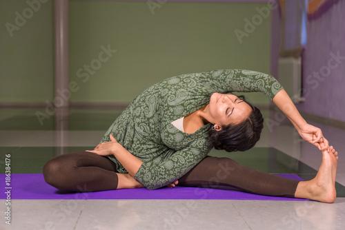 Obraz na płótnie Yoga master poses in the gym
