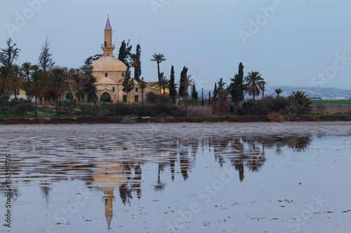 Staande foto Cyprus Hala Sultan Tekke and reflection on Larnaca salt lake, Cyprus