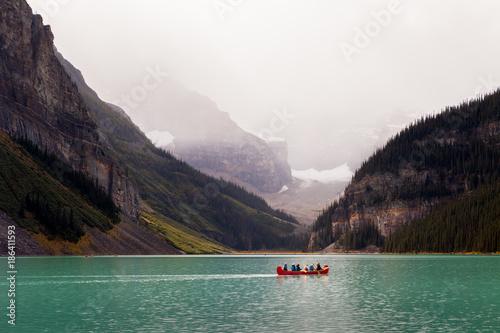 Foto op Plexiglas Canada Lake Louise Cloudy Red Canoe