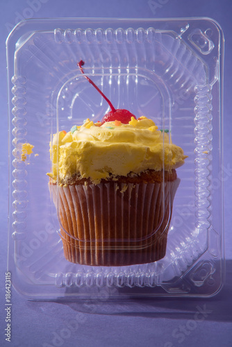 Fotobehang Kersen Cupcake. Plastic container.