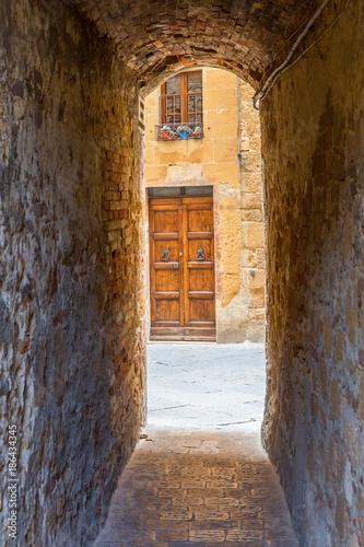 Keuken foto achterwand Smal steegje Narrow old alley to a street in an Italian city