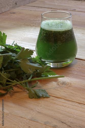 Foto op Plexiglas Sap Healthy green juice with parsley on wooden background