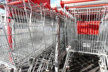 Einkaufswägen vor einem Geschäft