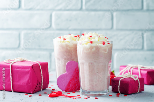 Papiers peints Lait, Milk-shake Valentines Strawberry banana milkshake with whipped cream