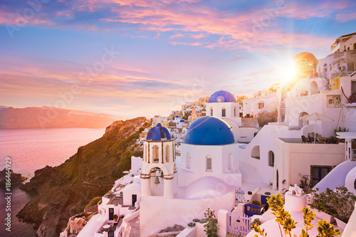 Foto auf Acrylglas See sonnenuntergang Sunset view of the blue dome churches of Santorini, Greece.