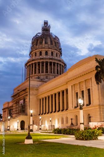 Tuinposter Havana Night view of the National Capitol of Cuba in Havana.