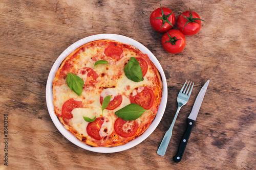 Tuinposter Pizzeria Pizza Tomaten Mozzarella mit Besteck