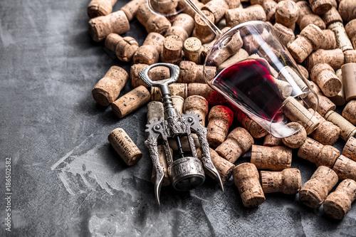 Wein und Champagner Korken auf dunkelem Hintergrund (Wein Konzept) - 186502582