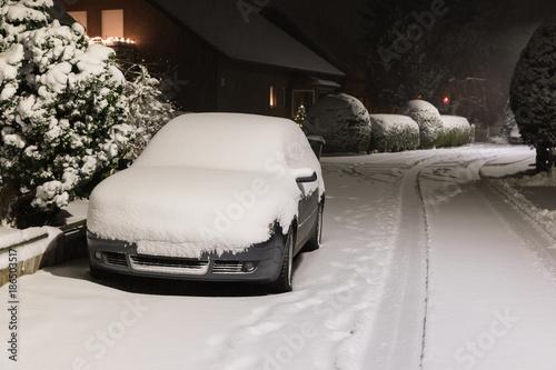 Zugeschneites Auto im Winter