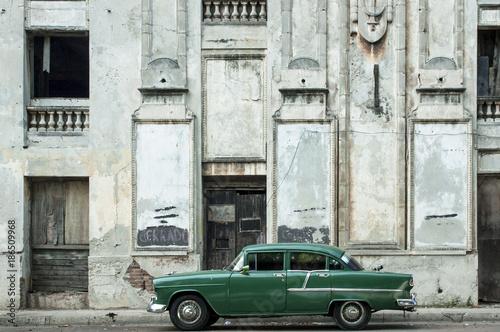 Tuinposter Havana Old car in the streets of Havana