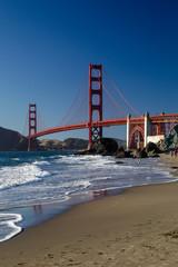 Blick von Marshalls Beach auf die Golden Gate Bridge im Abendlicht in San Francisco, Kalifornien, USA.