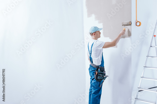 Painter in blue overalls - 186547792