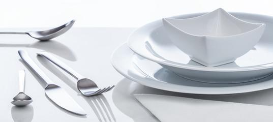 Besteck und Geschirr auf spiegeldem Tisch, Hintergrund, Panorama © v.poth