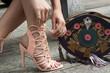 mujer con zaptaos altos y bolsa vintas en la calle