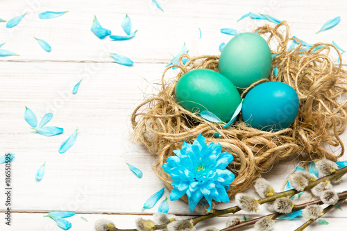 fondo-de-pascua-con-coloridos-huevos-de-pascua-y-amentos-con-lugar-para-su-propio-texto