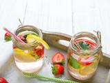 Mineralna woda z dodatkiem świeżych truskawek, cytryny, limonki i mięty. Orzeźwiający napój