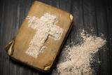 Fototapety Pismo Święte i Krzyż z popiołu - symbole Środy Popielcowej. Pierwszy dzień Wielkiego Postu.