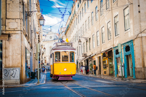 Żółty tramwaj 28 na ulicach Lisbon, Portugalia
