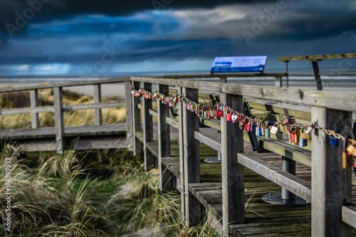 Foto op Plexiglas Noordzee Steg mit Liebesschlössern