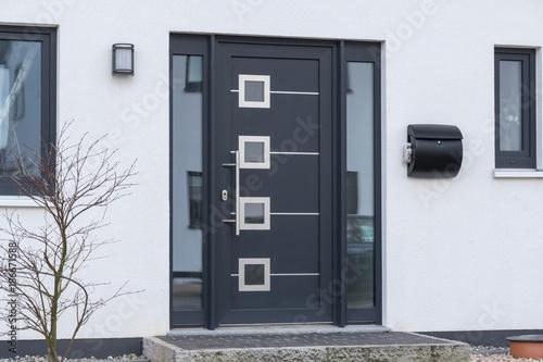 Nowoczesne drzwi wejściowe w kolorze antracytowym