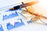 Datos de mercado y comercio de bolsa.Fondo de economia y finanzas.Pluma,gráficos y gafas - 186678528
