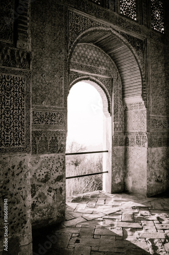 Keuken foto achterwand Marokko Arabian doors, with details on hand-carved walls and the sun entering through the door. Mosaic walls