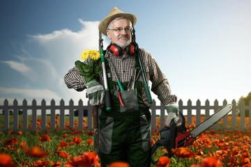 Gärtner in seinem Garten