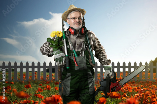 Gärtner in seinem Garten - 186699585